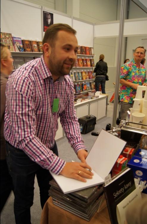 Na kawę od mistrza baristów - M. Rusnarczyka można było liczyc przy zakupie jego książki. W tle nieśmiertelna koszula targowa na wiecznie obecnym W. Cejrowskim